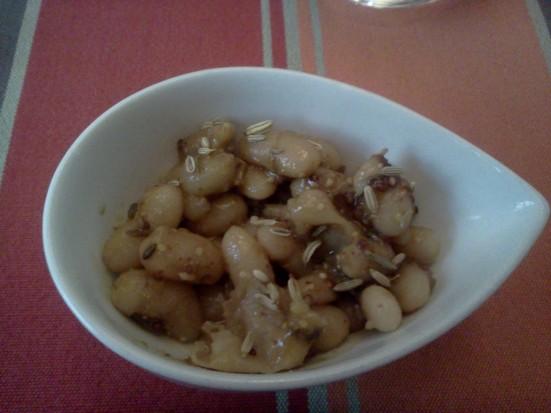 Amuse-bouche: salade d'haricots blancs avec une sauce au graine de fenouil chez MB à Capbreton
