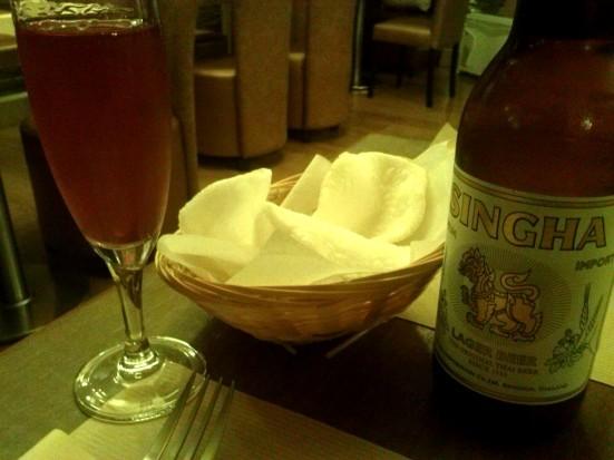 Apero Thai avec Chips aux crevettes et une Singha au Aroy-D à Capbreton