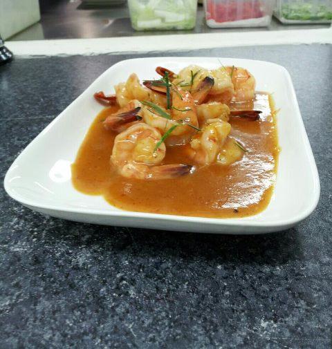 Crevettes sautées au curry rouge thai et lait de coco Aroy-D à Capbreton