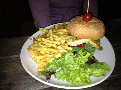 Chicken Burger avec les Frites aux fines herbes Cream Café Seignosse