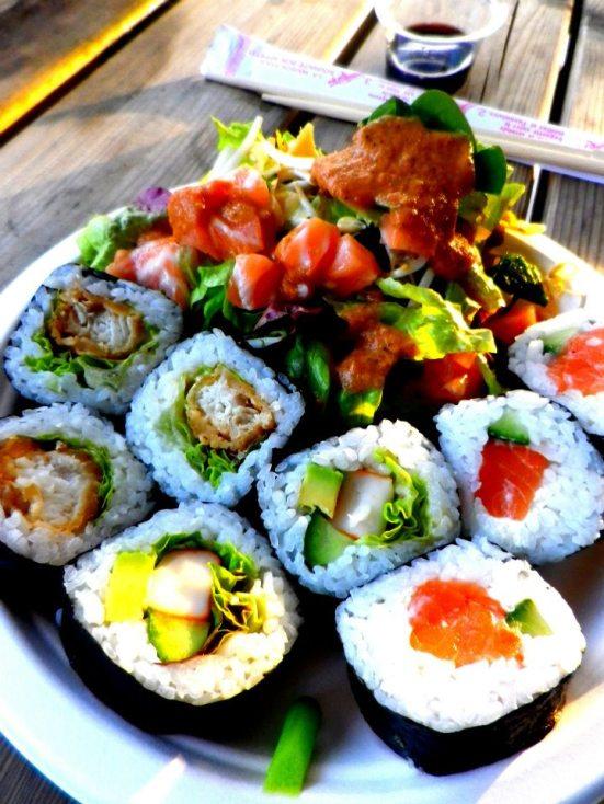 Sushis et salade de sashimi de saumon au restaurant 45 avenue du Penon à Seignosse
