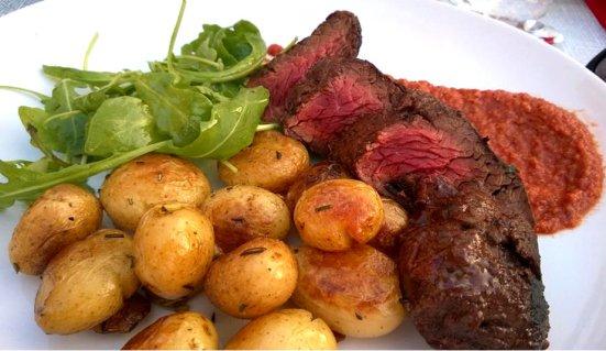 L'onglet est avec des pommes de terre grenailles au romarin et une sauce romesco Du Restaurant le Fou à Pieds Rouges à Capbreton
