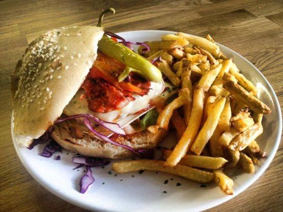 burger ibérique au Feeling chorizo iberico snacke, poivrons, guindillas, steak haché frais 150g, pain burger maison et ses frites maison