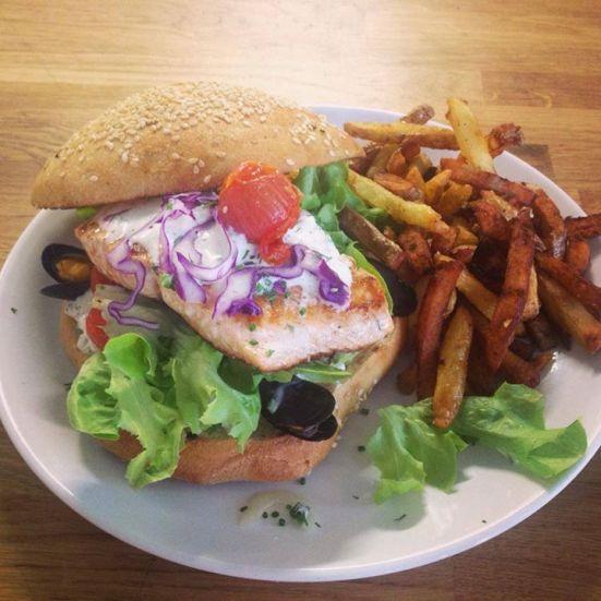 Burger pavé de saumon bio, crème citronnée a l'aneth et ciboulette restaurant feeling hossegor