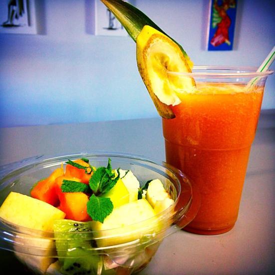 salade des fruits (papaye,kiwi,pomme,banane) et jus de fruits papaye,pomme