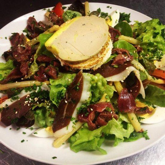 salade landaise magret de canard, gésiers, asperges, œufs, tomates, pignons, foie gras restaurant feeling hossegor