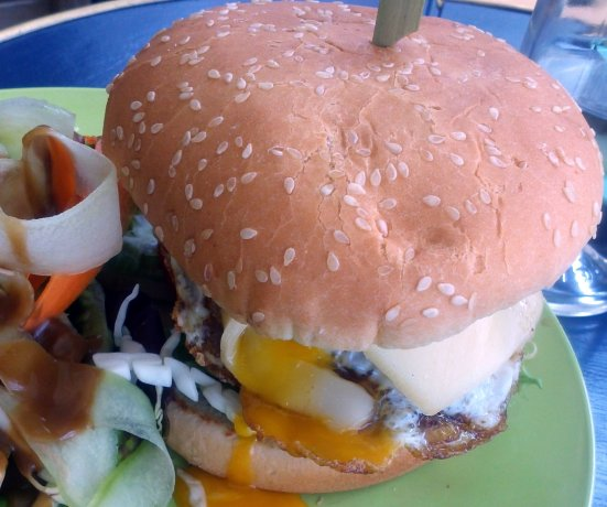 burger du café bleu et son jaune d'oeuf coulant