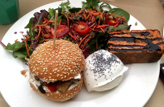 cake de saumon + mini burger + salade de made with love capbreton
