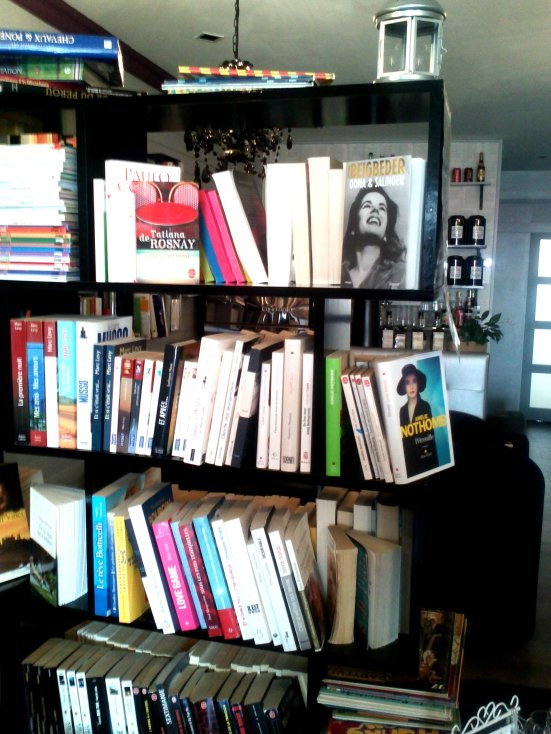 encore des livres à l'intérieur du salon de thé de Capbreton