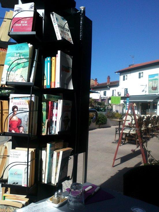 quelques uns des livres du salon de thé de capbreton